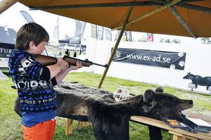 Nioårige Alex Larsson från Hassela, Hälsingland, ären van luftgevärsskytt. Både lördag och söndag e stanna de han till vid utställare Fredrik Myhrs skjutbana.