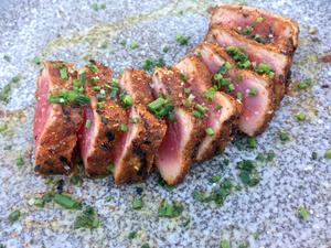 Tonfisken serveras tataki, vilket i stort sett betyder rå, hastigt grillad på ytan. Perfekt.