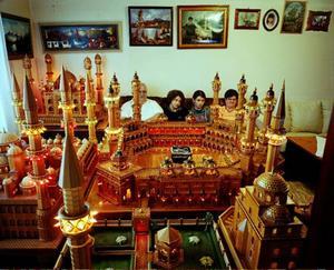 Salin Mujcinovic har tillverkat en jättelik modell av centrala mecka med Kaban i mitten – modellen fotograferad i familjens vardagsrum.Foto: Lars Tunbjörk