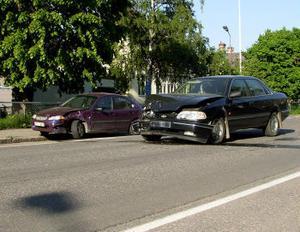 En av bilarna blev stående tillknycklad mitt på Östra Långgatan efter en kollision vid middagstid i går. Båda förarna klarade sig bra.