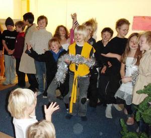 Teatern om Pelle Svanslös gjorde succé. Skådespelarna tackar för applåderna.Foto: Ida Molander-Johansson