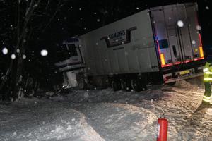 Lastbilen åkte ner i diket.