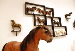 Hästar i alla möjliga konstslag visas upp på biblioteket under drygt tre veckor.