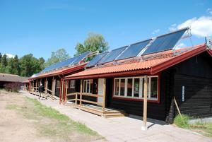 Solfångare. Den nya solvärmeanläggningen försörjer helt det tempererade badet, och stora delar av varmvattnet för serviceanläggningens dusch- och badrum.