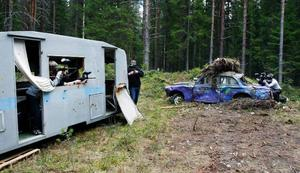 I en glänta har man satt upp en skrotig husvagn och bil som kan fungera som skydd. Från vänster Simon Nilsson och Christoffer Pettersson inne i husvagnen mot Mikael Mattsson i hörnet och Johan Näslund och Henrik Holmlander vid bilen.