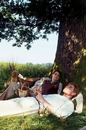 Platonsk kärlek? Jeremy Irons och Anthony Andrews i En förlorad värld. Scener som den här satte igång fantasin hos miljontals tv-tittare världen över och bidrog till att ge serien klassikerstatus.