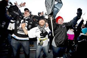 Flera hundra Sandvikenfans ville fira guldhjältarna ute på isen på Studenternas i går. Trots att speakern uppmanade alla i publiken att lämna isen bara vällde svart och vit-klädda fans in och sjöng för spelarna när guldhjälmarna delades ut.