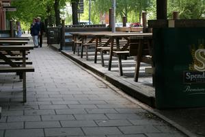 Otillgängligt. På en vanlig gata kan det finnas exempel på installationer som inte alls är anpassade för personer med funktionsnedsättning. Stenkanten gör exempelvis den här utserveringen otillgänglig.