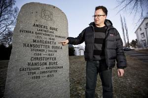 Burestenen här vid Säbrå kyrka är missvisande. Släktforskaren Peter Sjölund och hans kollega Ronny Norberg har med modern DNA-teknik avslöjat en 400-årig bluff.