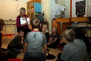 Elisabeth Eriksson läste en berättelse om ett snömonster för några av eleverna i Ljungaskolan.