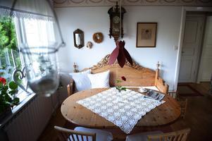 Ett av Monicas önskemål är att måla om bordet och den gustavianska soffan i engelsk rött, samma färg som näckroslampan över bordet. Men maken, som en gång lutade av dem, är inte så förtjust i den planen...