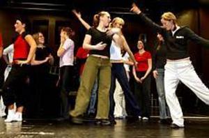 Foto: LEIF JÄDERBERG Myller. Cirka 30 ungdomar ingår i ensemblen som repeterar musikalen Fame på Folkets Hus i Hofors.