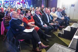 De tio på första raden deltog alla på scenen. Från vänster Lars-Erik Olofsson (KD), Elin Lemon (C), landshövding Jöran Hägglund, Peter Johansson (SD), MonaLisa Norrman (V), Christer Siwertsson (M), Anton Nordqvist (MP), Ann-Marie Johansson (S), Lennart Ledin (L) och Persson Invests vd och koncernchef Björn Rentzhog.