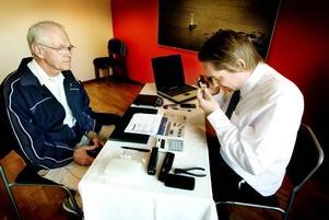 Jörgen Eliason överväger att sälja guldklockan hans far fick efter 25 år vid AEG. Chris Walsh granskar klockan en stund och ger honom ett bud på 3 500 kronor.