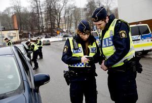 På måndagen genomförde polisaspiranterna sin första trafikkontroll under handledning. Sandra och Markus läser av resultatet av utandningsprovet i alkomätaren.