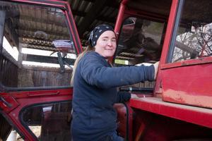 Kajsa klarade sig ett helt år utan traktor, men i höstas köpte hon en Volvo BM som hon bland annat har glädje av när hon hämtar hem ved från skogen.