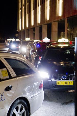 Timslång väntan. Taxiförarna vid Stora torget får köa länge innan de får en körning, trots att det är första fredagsnatten efter löning. Och förtjänsten är låg – ofta kommer de hem med bara 500 kronor på fickan.
