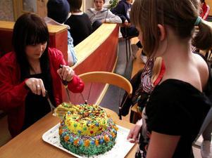 Hanna Bodin serverade 11-åriga Maja Ginstrup från 5:an av den översta gula tårtan med bland annat jordgubbssylt och banan i.