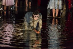 Anna Andersson på vattenfylld snurrscen i lilla gasklockan.   Foto: Martin Skoog