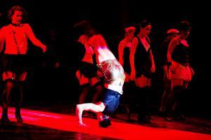 En sån konferencier: Jacob Westin plockar fram några av sina cirkuskonster i föreställningen.