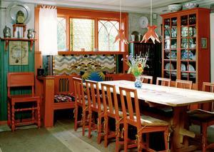 Karin Larsson formgav många av möblerna i hemmet i Sundborn. Här är matsalen som rymde Carl och Karin Larsson och de åtta barnen.