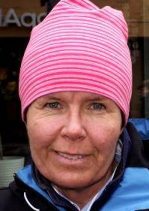 Lena  Johansson, 51 år,  Frösön:– Nej, jag brukar inte påverkas av den där tidsomställningen. Och sedan är det ljust, vilket gör det lättare att kliva upp.