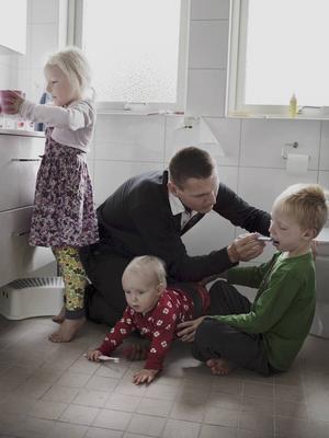 Malmöfotografen Johan Bävman får TT:s Stora Fotopris 2015 för sin dokumentation av svenska föräldralediga pappor,
