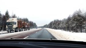 Vid Skarvberget på E4 norr om Gävle är det ofta olyckor och stopp i trafiken. I trakterna kring Skarvberget pratas det om mystiska orsaker till att vägen är så olycksdrabbad.