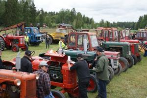 Bra uppslutning. Hela 75 ekipage med veterantraktorer och andra gamla fordonsmaskiner kom på årets Ullermuller i Ullersäter.