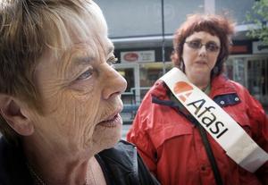 Lilly Norrman och Katarina Larsson var informatörer under internationella strokedagen i Hudiksvall.