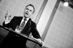Samtidigt som siffror om att svenska elever halkar efter OECD-genomsnittet i matematik så presenterar utbildningsminister Jan Björklund en proposition om nya läroplaner för skolan.