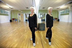 Agneta Udd Hellgren tävlade under många år i latinamerikanskt och modernt. Fem år i rad representerade hon Sverige på proffs-VM och EM i latinamerikansk dans. I dag har hon själv lagt dansskorna på hyllan. Hon har 13 anställda danslärare som hon månar mycket om. Agneta tar gärna med personalen på spa och hon ser till att de får regelbunden massage.