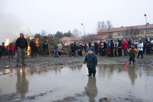 Ett och ett halvt år gamla Lucas var däremot mer intresserad av att plaska runt i vattenpölarna, än den flammande rishögen.