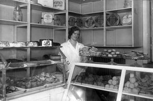 hjälper mostrarna. Maj Asp hjälper mostrarna i någon av bageributikerna.