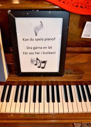 I Svenstaviks Ica-butik är pianot ett naturligt inslag bland matvarorna.