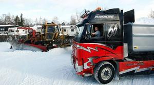 Ett lass till har fyllts på i Lugnviks bostadsområden. Snön tippas i bortre delen av industriområdet i Lugnvik, en bit bortom Jonsson & Paulssons industri. Jonny Sandmark kör lastbilen och Jan-Erik Sivertsson väghyveln.