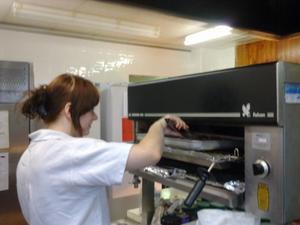 Tjejen som jobbar i köket heter Alisa, och tidningens UNG-reporter Sara Carlzén hjälpte henne att göra frukost.