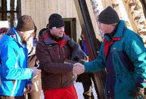 Näringslivschefen Bengt-Eric Lundborg och Bror Norberg, miljö- och byggchef, överlämnar en härjedalsbjörn till Anders Östring, vd Ramundberget. (i mitten).