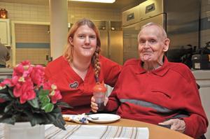 KAFFETÅR. Anna Eriksson poserar ihop med Eddy Bodin. De båda befinner sig i caféet på äldreboendet.