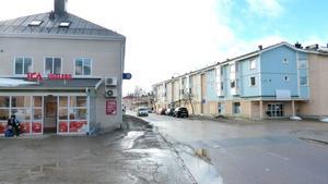 Fram till december 2012 låg mataffärerna på varsin sida om gatan. Nu vill två företagare återinföra konkurrensen, men får nej av bankerna.