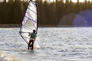 Vindsurfarna fick inte någon riktigt bra fart på vattnet när ÖP besökte Västerviken vid Bynäset.