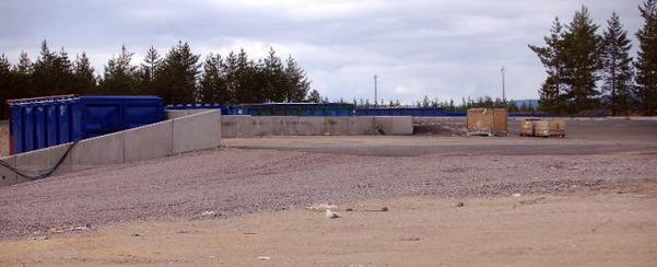 Det är den här avfallsanläggningen öster om Nilsvallen som Reaxcer Miljö AB inte skött på det sätt som miljö-och byggnämnden beslutat. Nu kan det bli ett vitesföreläggande på 20000 kr mot företaget.  Foto: Leif Eriksson