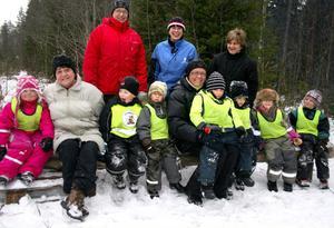 Ann-Kristin Bogstag och Karina Holmström med Trollebobarnen. Bakom Matforsgästerna Monika Frank, Elisabeth Lenz och Berit Edlund.
