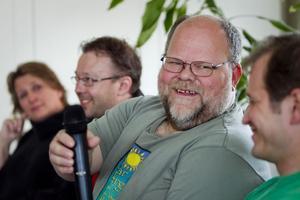 Två nyanser av grönt. Olov Östlund, Mp, räcker över micken till Magnus Svensson, C. Gunbritt Wallström, V, och Magnus Flyckt, S, ses på vänsterkanten.