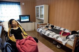 En till två gånger i veckan lyfts 15-årige Ruzahun upp i rullstolen av kommunens stödpersonal. För att bland annat motverka att nackmuskelaturen förtvinar. Han har också börjat svälja vatten från sked. I övrigt är han sedan 2010 helt apatisk, med sondmatning och blöjor.