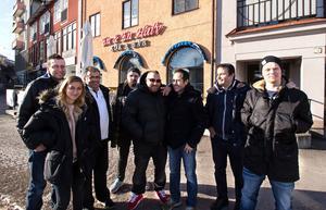 Gamla och nya ägare och personal samlade utanför restaurangen. Fr v Marcus Reid, Anna Hedberg, Nicko Soysüren, Andreas Hedlund, Kim Eklund, Haci Altun, Robin Sheridan och Tim Anttila.