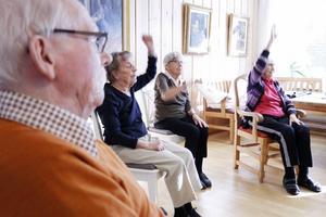 Arne Ahl, 84 år, gympar tillsammans med Sonnie Östblom, Elna Andersson, Karin Hansson.
