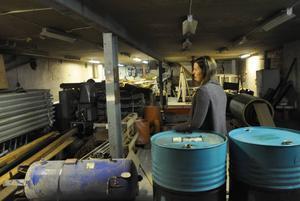 Jane Sellmander, som numer driver frisörsalong i byggnaden, visar rummet där den stora odlingen var. Hon berättar att det var el dragen kors och tvärs.