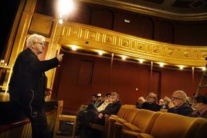 Fotografen Anders Petersen visar bilder och berättar om möten med människor under sitt besök på Söderhamns teater. Arrangör var Kulturföeningen fotografiska galleriets vänner.