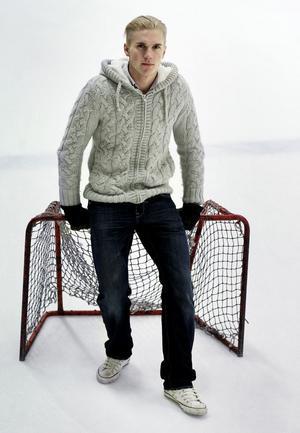 Han är ingen liten knatte längre, Mathias Dahlström, utan en fullväxt målvakt som med skridskorna på inger respekt.